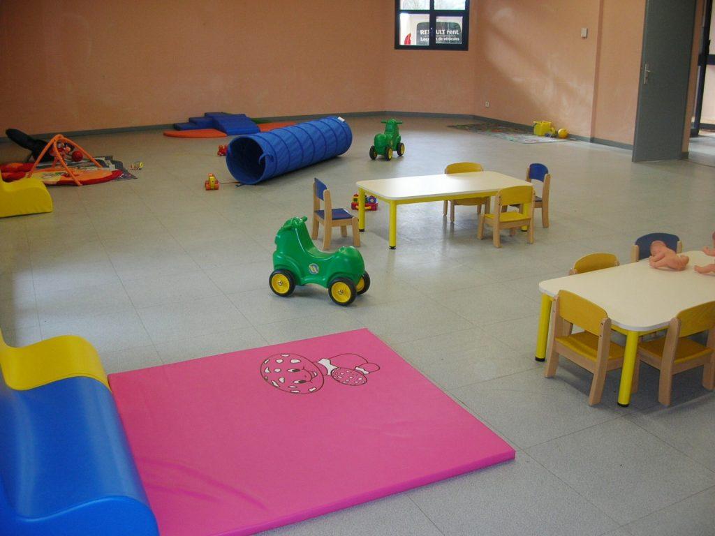 Salle d'accueil adaptée aux enfants de 0 à 3 ans pour un atelier du RAM